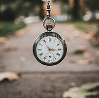 Uhr symbolisiert Langlebigkeit von Regenschirmen als Werbeartikel