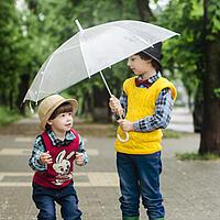 Kinder unter Regenschirm
