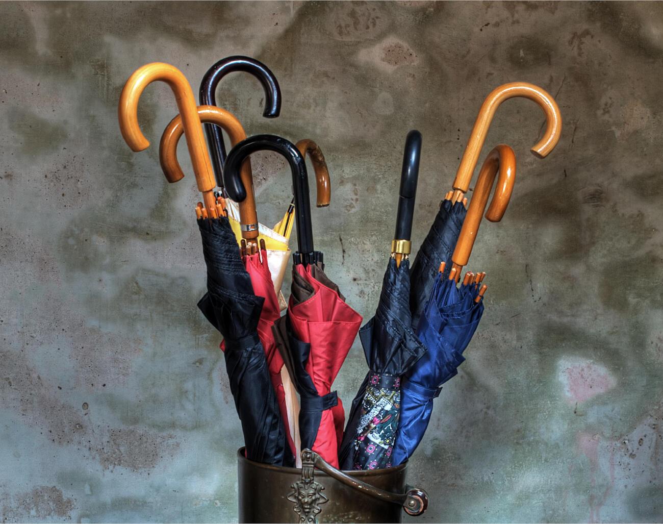Schirmständer mit Regenschirmen